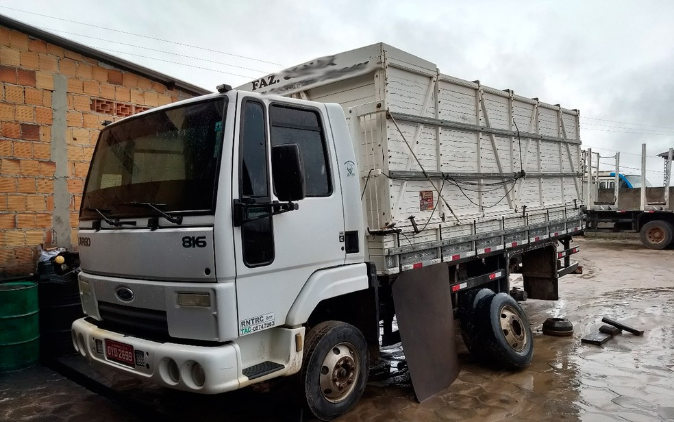 Caminhão que estava com grupo era usado para roubo (Foto: Rafael Vedra/Liberdadenews.com.br)