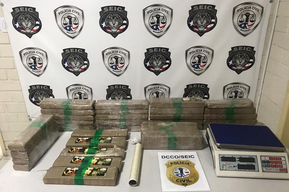 32 kg de maconha prensada estava distribuída em 34 tabletes. Droga estava escondida no bairro Cohafuma, em São Luís (MA) — Foto: Divulgação/Polícia Civil