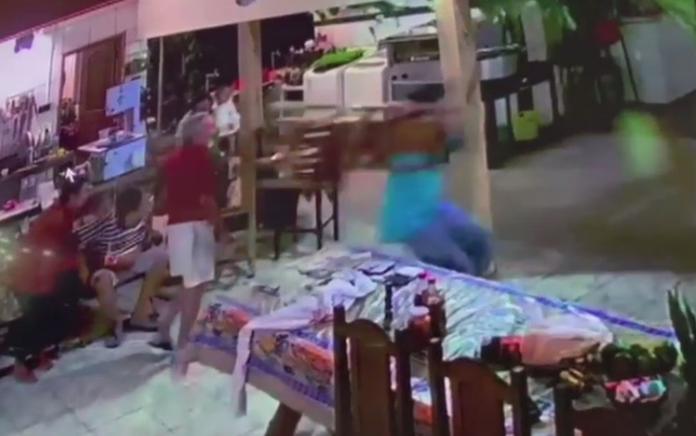 Homem joga cadeira em ladrão para proteger família durante assalto em Caiapônia — Foto: Reprodução/TV Anhanguera