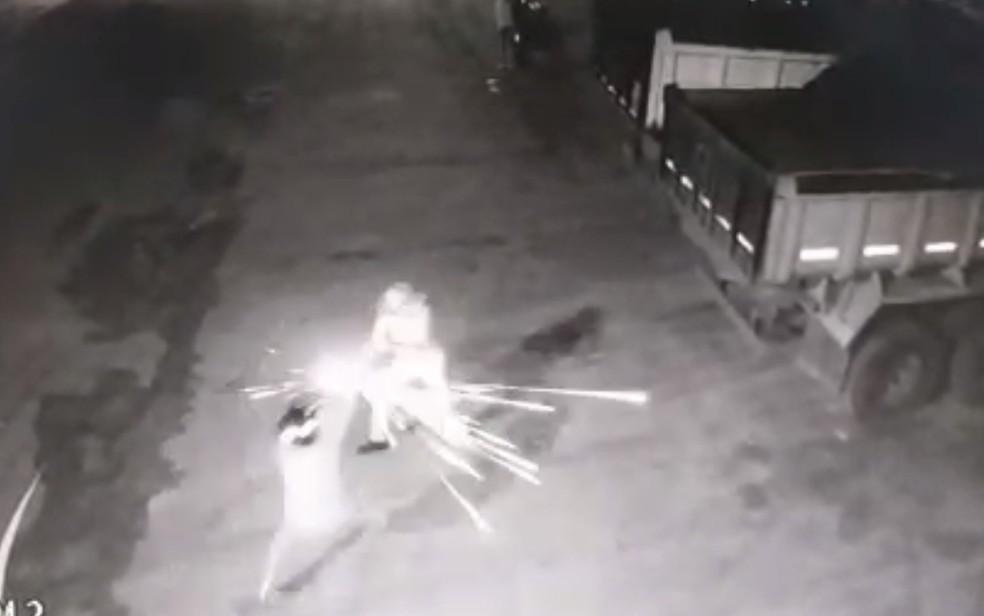 Vigilante de 76 anos mata um suspeito, atira em outro e impede furto em Jataí, Goiás — Foto: Reprodução/TV Anhanguera