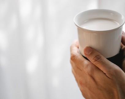 A ciência explica por que tomar leite antes de dormir pode ser bom