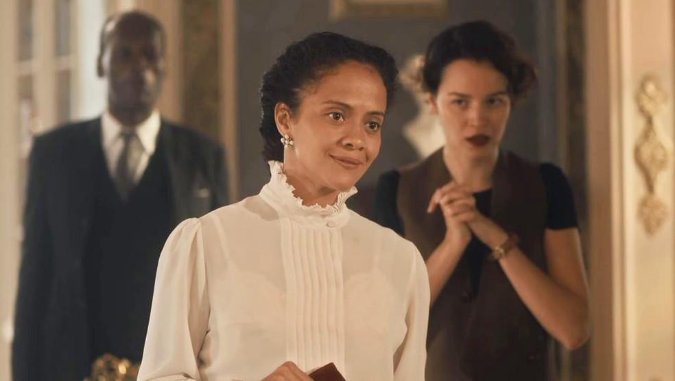 Selma (Aline Borges) é humilhada por Emília (Susana Vieira) em 'Éramos Seis' — Foto: Globo