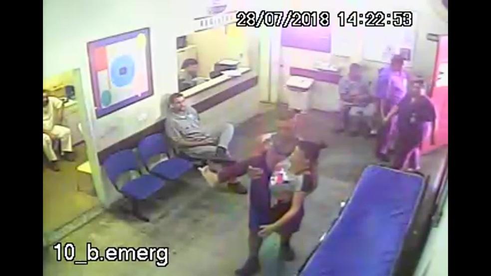Rangel carrega a mãe no colo na entrada do Getúlio Vargas — Foto: Reprodução/TV Globo