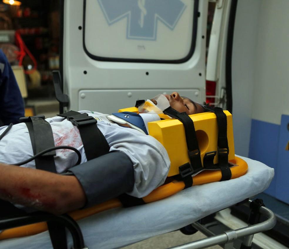 Wesley (Juan Paiva) é levado para o hospital — Foto: Pedro Carrilho/Gshow