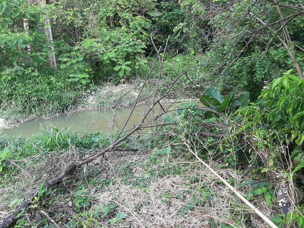 Local onde fiação elétrica estava caída é usado como atalho por moradores. — Foto: Eliana Nascimento/G1 AM