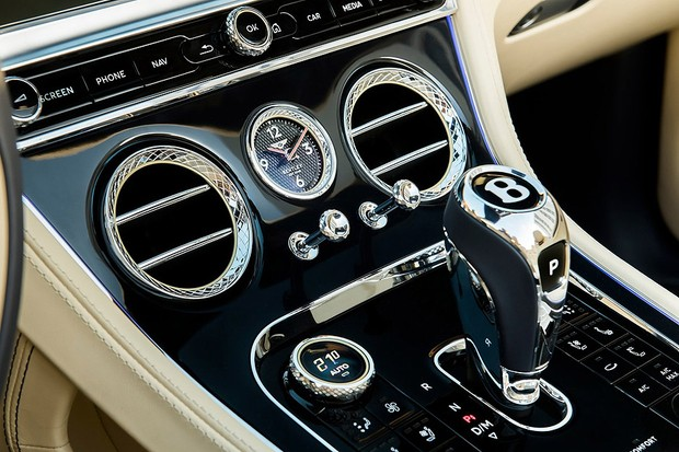 Saídas de ar condicionado e alavanca do câmbio do Bentley Continenal GT 2020 (Foto: divulgação)