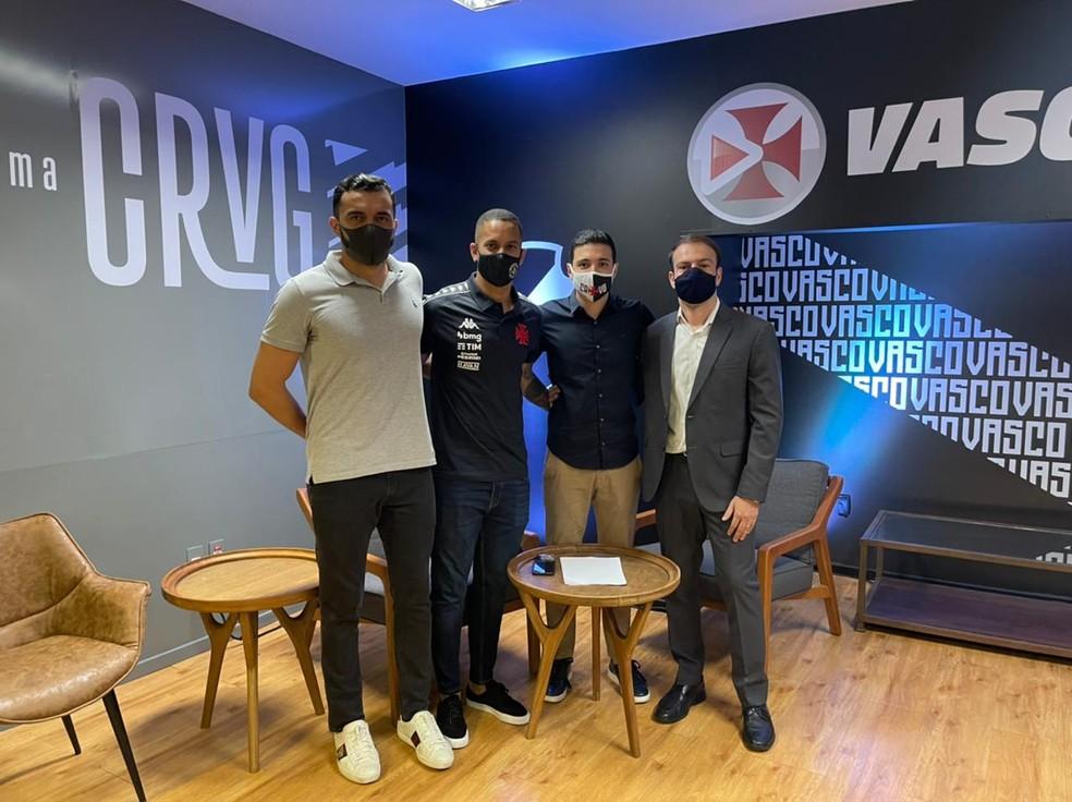 Romulo com seu empresário Daniel Brito (à esquerda), o executivo Alexandre Pássaro e o advogado Diogo Souza na apresentação pelo Vasco — Foto: Divulgação