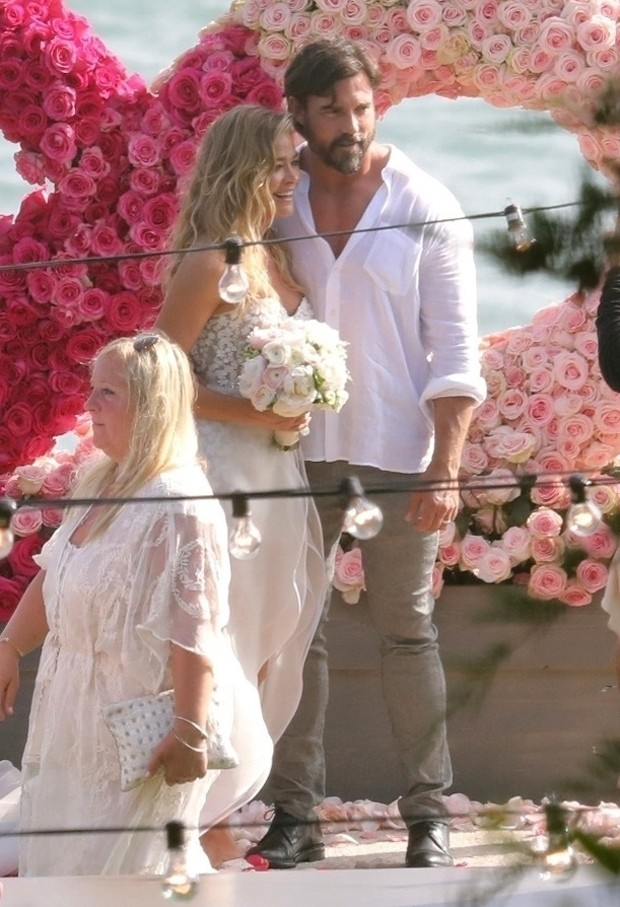 Denise Richards e Aaron Phypers se casam (Foto: BackGrid)