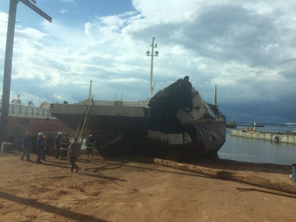 Embarca��o carregava diesel (Foto: Divulga��o/Corpo de Bombeiros)