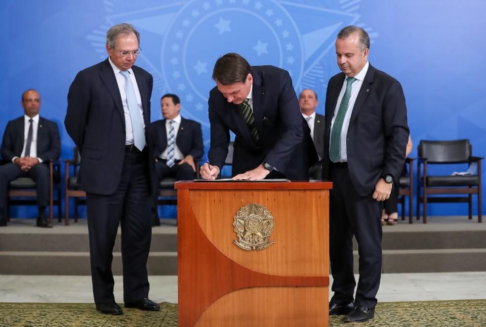 Bolsonaro assina medida sobre regras trabalhistas durante cerimônia no Planalto.