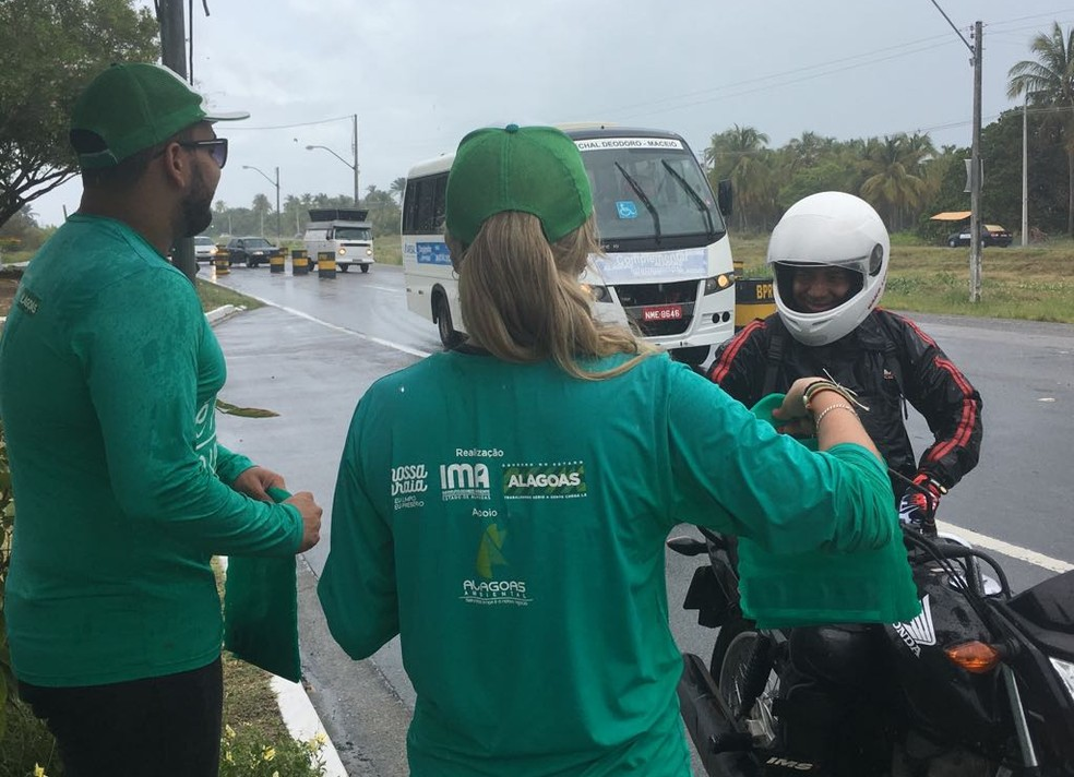 Motociclistas também receberam as orientações da equipe do IMA na rodovia AL-101 Sul (Foto: Andréa Resende/G1)