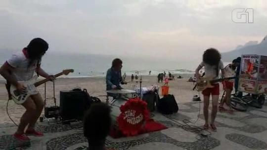 Baterista do The Who toca no calçadão da Praia de Ipanema