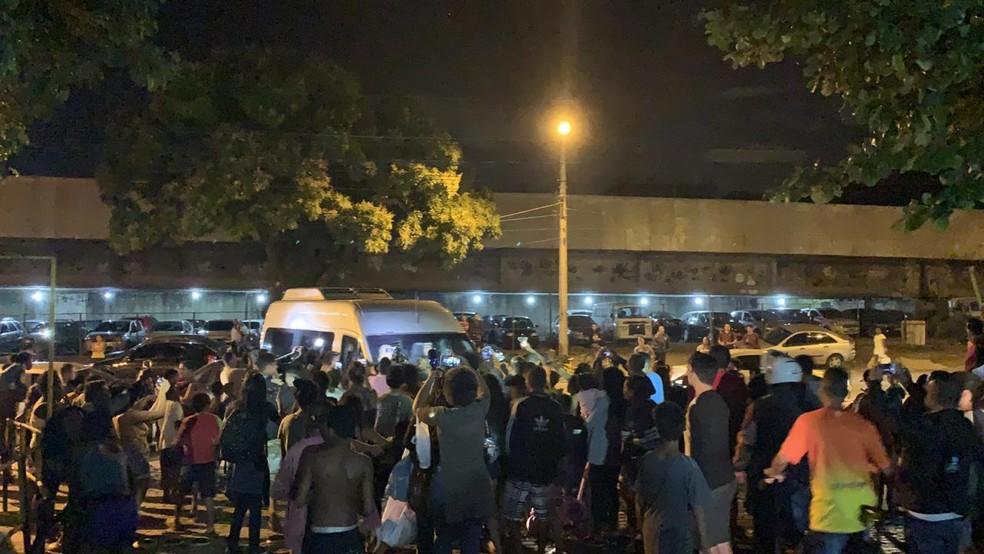 Van com Neymar na entrada da Cidade da Polícia foi cercada por crianças — Foto: Matheus Rodrigues/G1