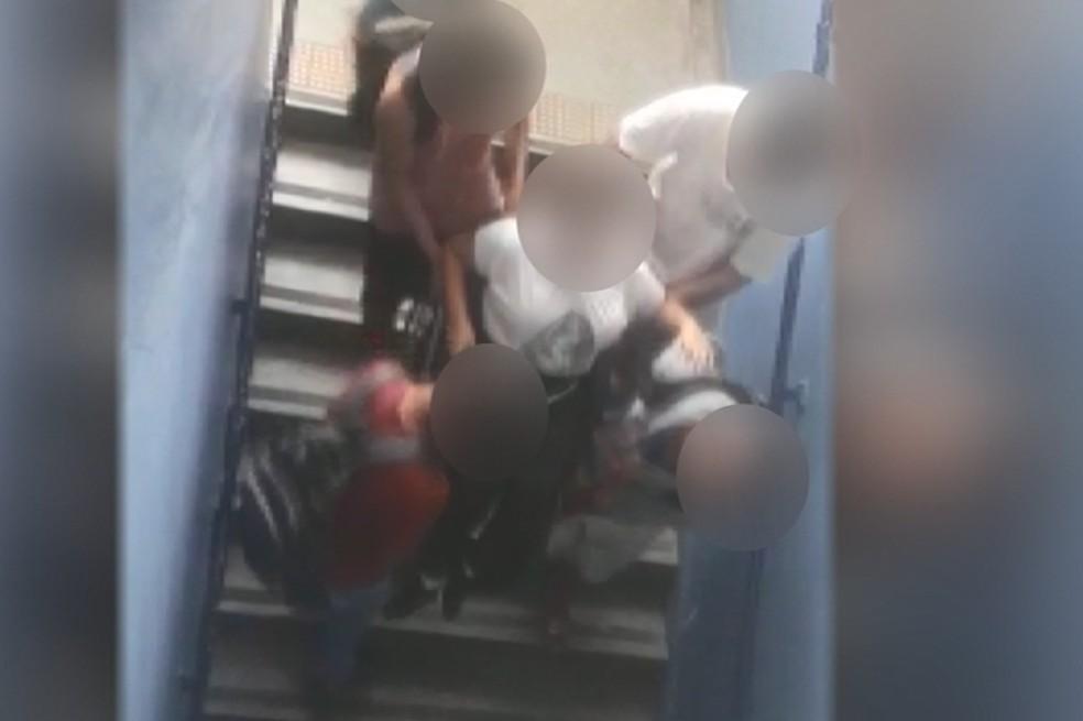 Aluna cadeirante é carregada por colegas para assistir aula em segundo andar de escola de São Carlos  — Foto: Reprodução/Arquivo pessoal