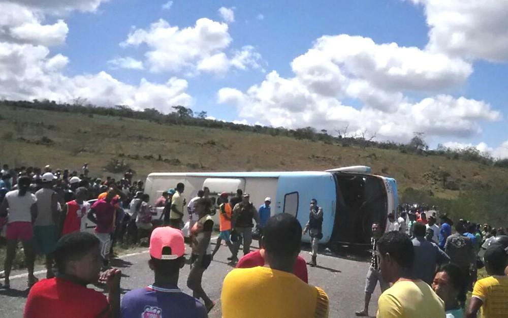 Motorista do ônibus que tombou diz que perdeu controle da direção