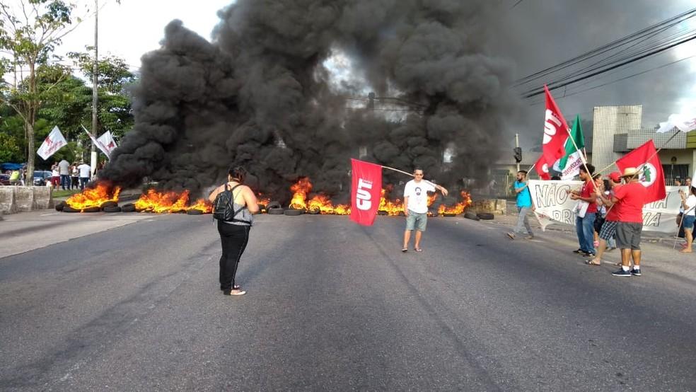 Manifestantes fecham avenida Almirante Barroso, na capital paraense — Foto: Reprodução/TV Liberal