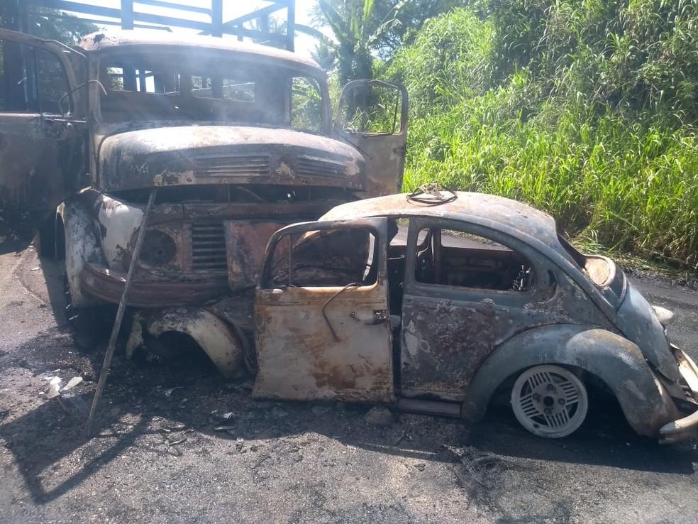 Fusca foi completamente destruído pelas chamas em acidente ocorrido em Glória do Goitá, na Zona da Mata de Pernambuco, nesta sexta-feira (8) — Foto: Reprodução/WhatsApp