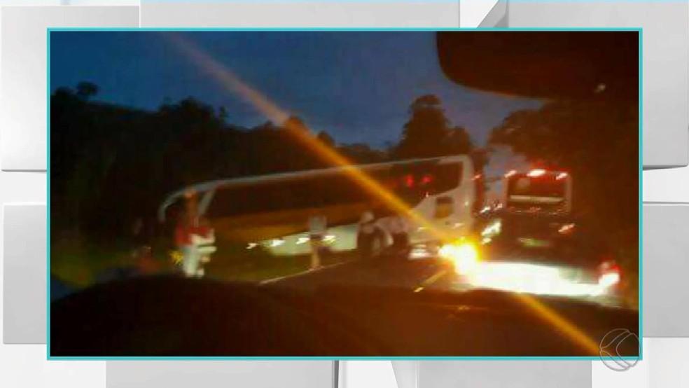 -  Segundo motorista, ônibus terminou atravessado na BR-267 em Bicas ao desviar de carro que invadiu contramão para fazer ultrapassagem neste domingo  1