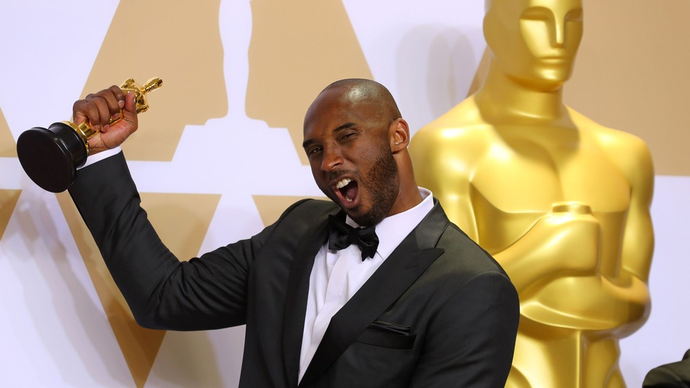 Kobe Bryant com sua estatueta do Oscar por 'Dear Basketball' (Foto: Mike Blake/Reuters)