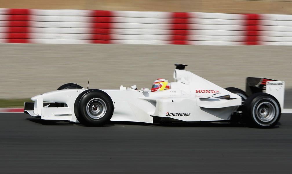 A primeira experiência de Yuji Ide com um carro de Fórmula 1, nos testes de 2006 em Barcelona — Foto: Bryn Lennon/Getty Images