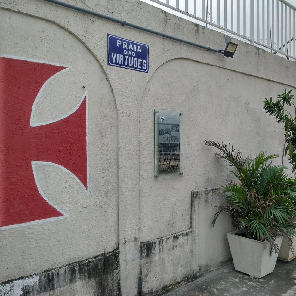Placa da Praia das Virtudes será reinaugurada no Calabouço nesta quarta-feira — Foto: GloboEsporte.com