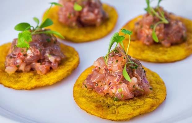 Receita peruana refrescante: tartare de atum e patacones de banana da terra verde (Foto: Divulgação)