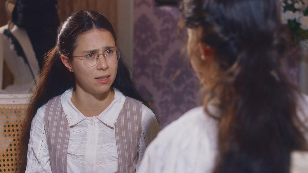 Dolores (Daphne Bozaski) acusa Pilar (Gabriela Medvedovski) de abandono em 'Nos Tempos do Imperador' — Foto: Globo
