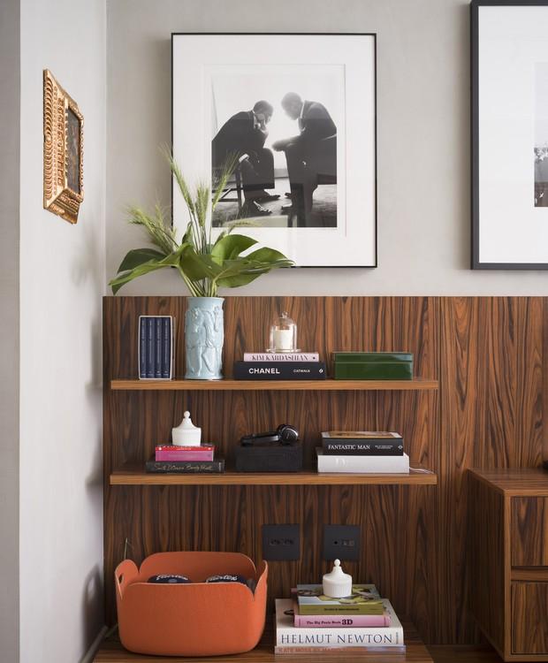 QUARTO | Ao lado do criado-mudo, três prateleiras organizam livros e objetos de decoração (Foto: Christian Maldonado/Editora Globo)