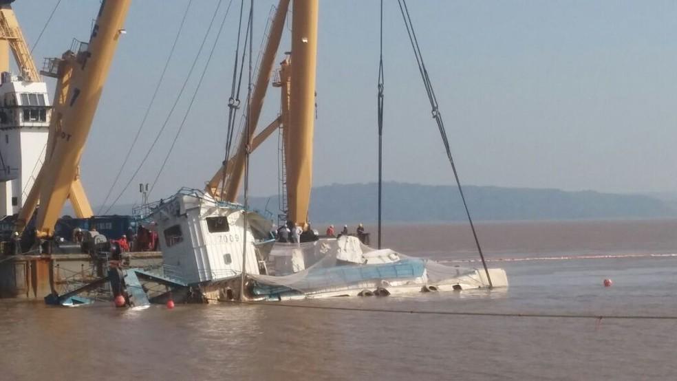 Parte do empurrador CXX já pode ser vista fora d'água com amassados em sua estrutura (Foto: Débora Rodrigues/TV Tapajós)