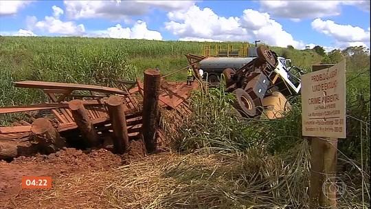 Caminhão cai em córrego em Botucatu (SP)