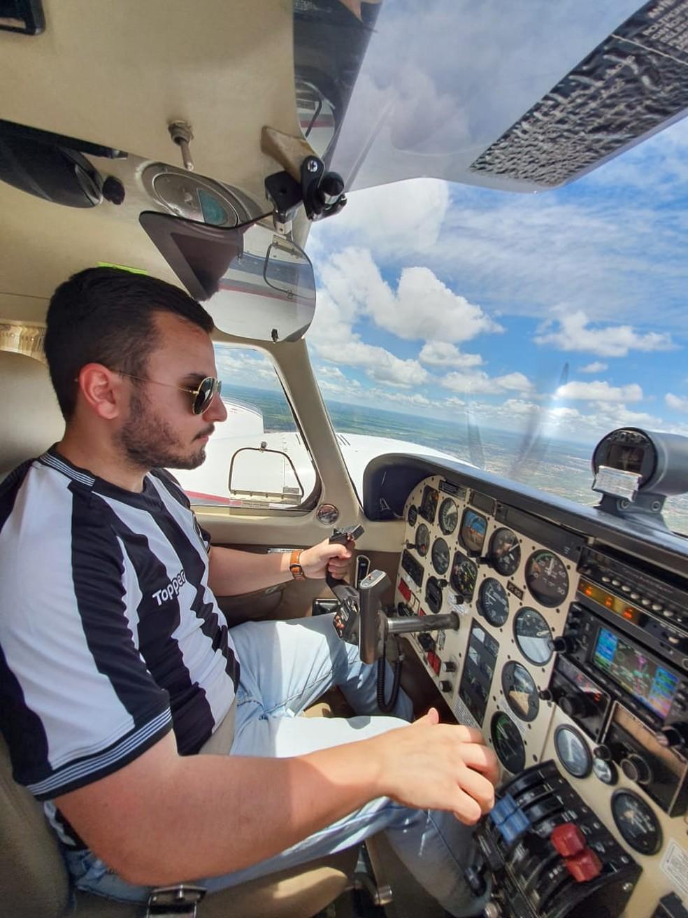 Gabriel durante o sobrevoo para homenagear pai que era apaixonado por aviação. — Foto: Gabriel Peixoto/Arquivo Pessoal