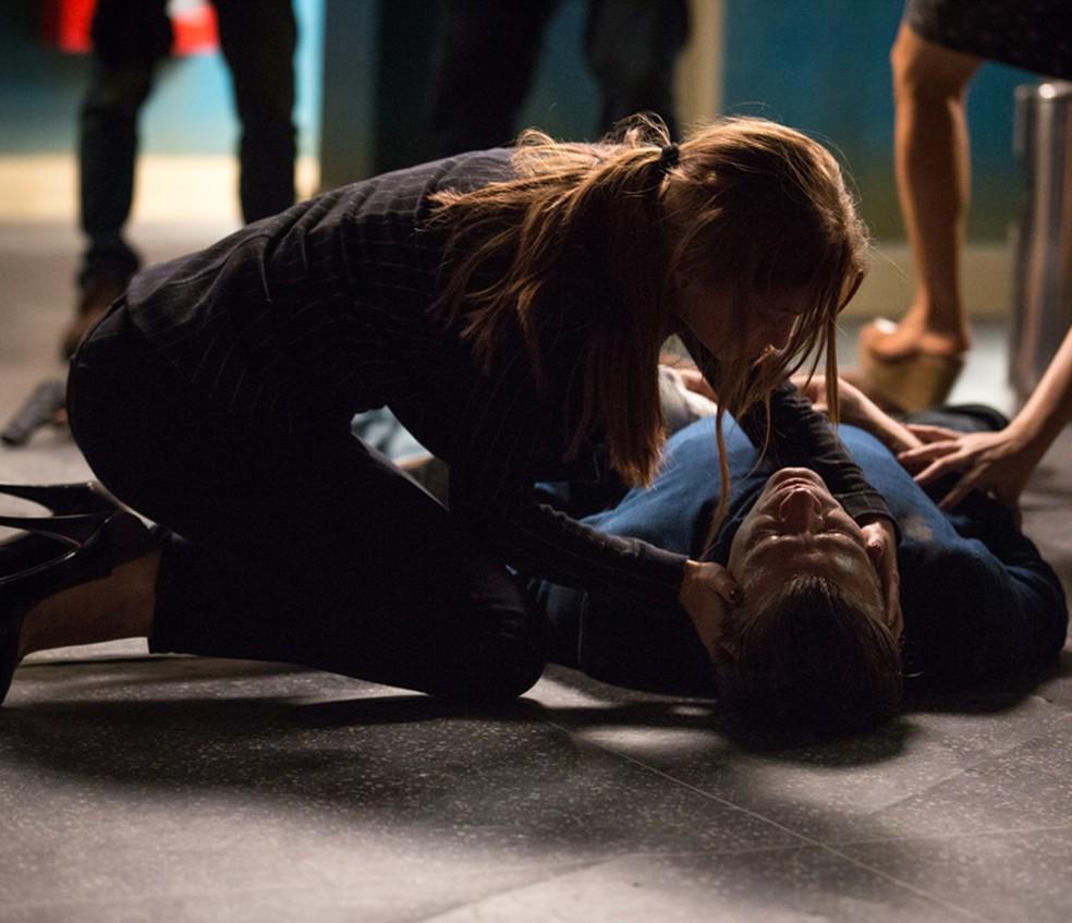 Eliza (Marina Ruy Barbosa) fica em pânico ao ver Arthur (Fábio Assunção) no chão — Foto: Fabiano Battaglin/Gshow