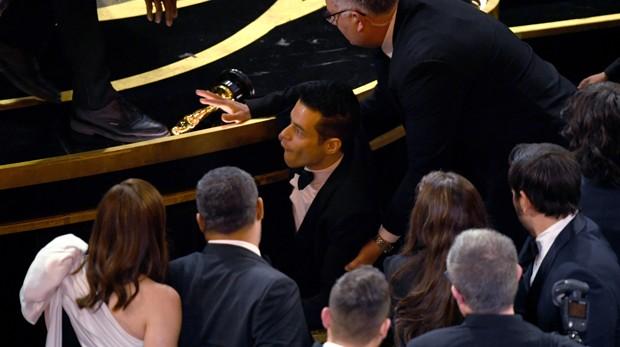 Rami Malek leva tombo após ganhar Oscar de Melhor Ator (Foto: Getty Images)