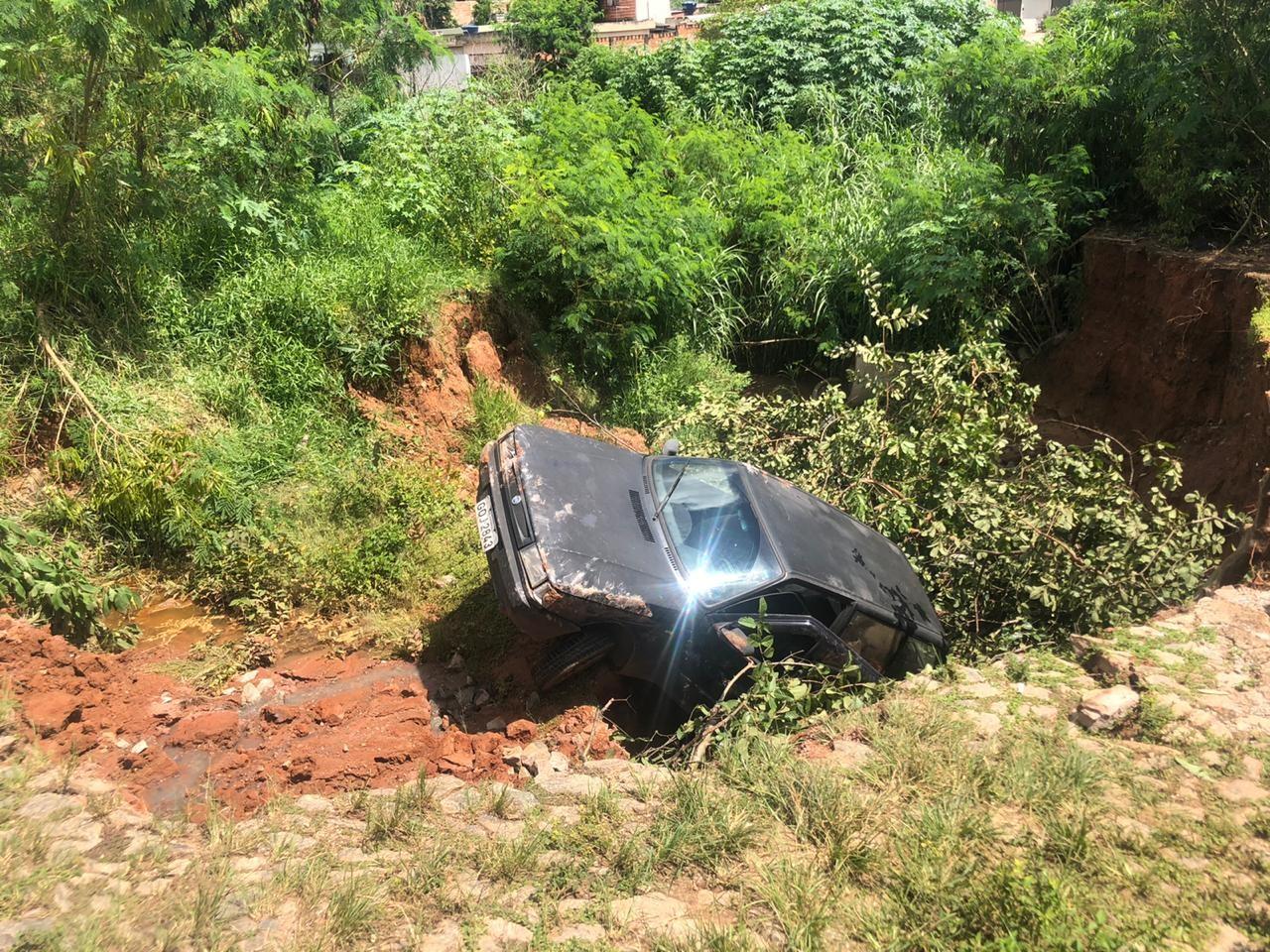 Carro cai em cratera no Bairro Belvedere em Divinópolis