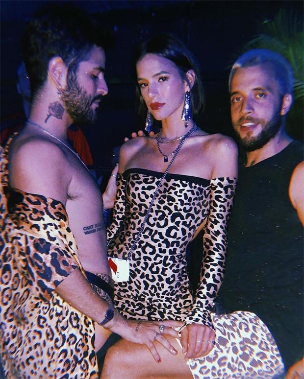 Bruna Marquezine curte festa com André Nicolau e o noivo, Marcello Henrique (Foto: Reprodução / Instagram)