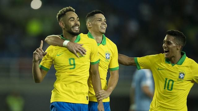 Matheus Cunha comemora seu gol ao lado de Paulinho e Pedrinho