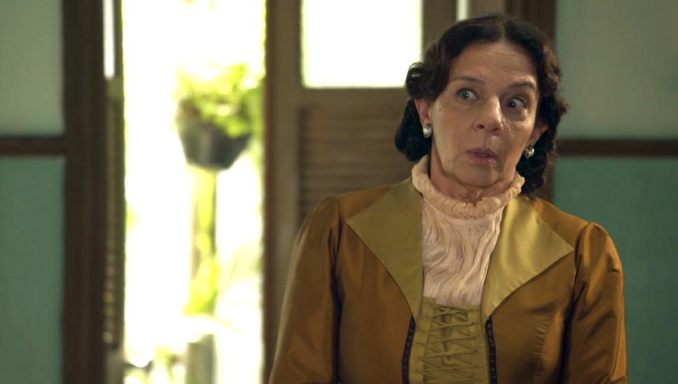 Dona Agustina escuta que o marido irá proibir o casamento de Marocas com Samuca (Foto: TV Globo)