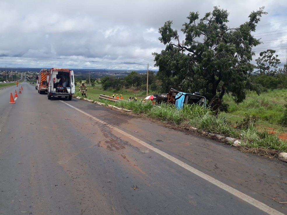 Ônibus tomba na BR-020, no sentido Planaltina — Foto: PRF/Divulgação