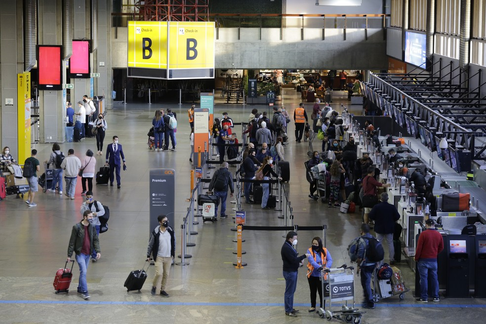 Movimentação de passageiros no saguão do Aeroporto Internacional de São Paulo, em Cumbica, Guarulhos, na manhã desta segunda-feira, 24 de maio de 2021 — Foto: NELSON ANTOINE/ESTADÃO CONTEÚDO