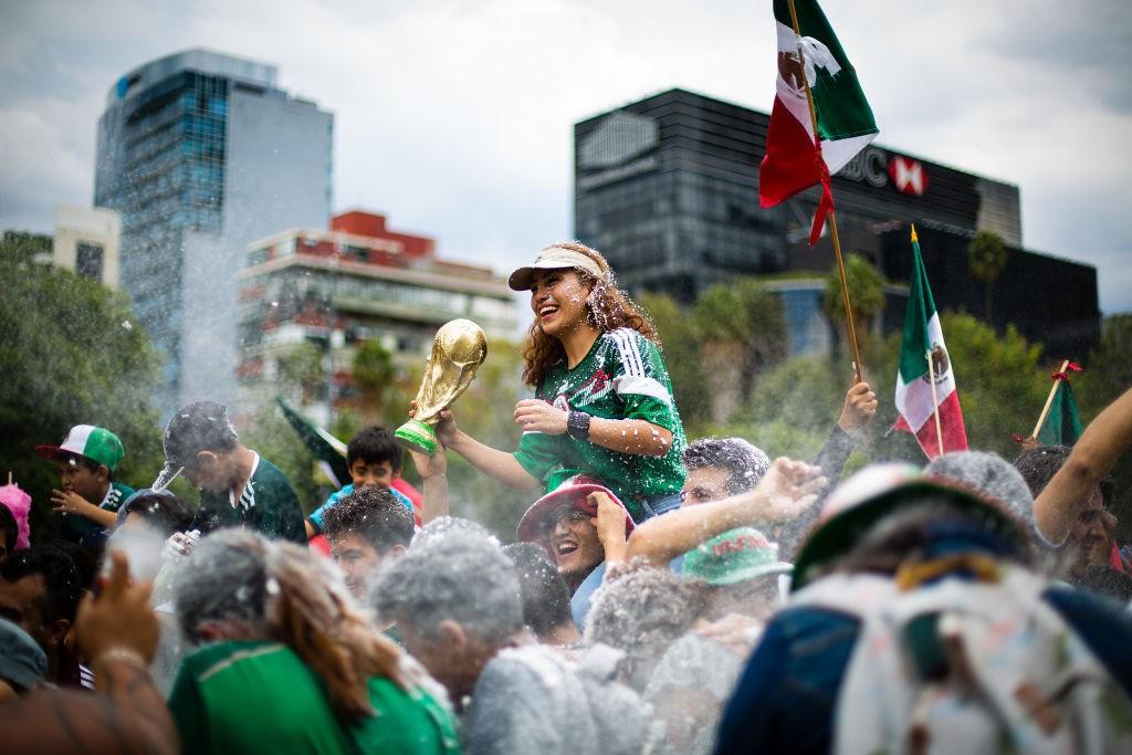 Torcedores mexicanos comemoram vitória contra a Alemanha na Copa do Mundo (Foto: Manuel Velasquez/Getty Images)
