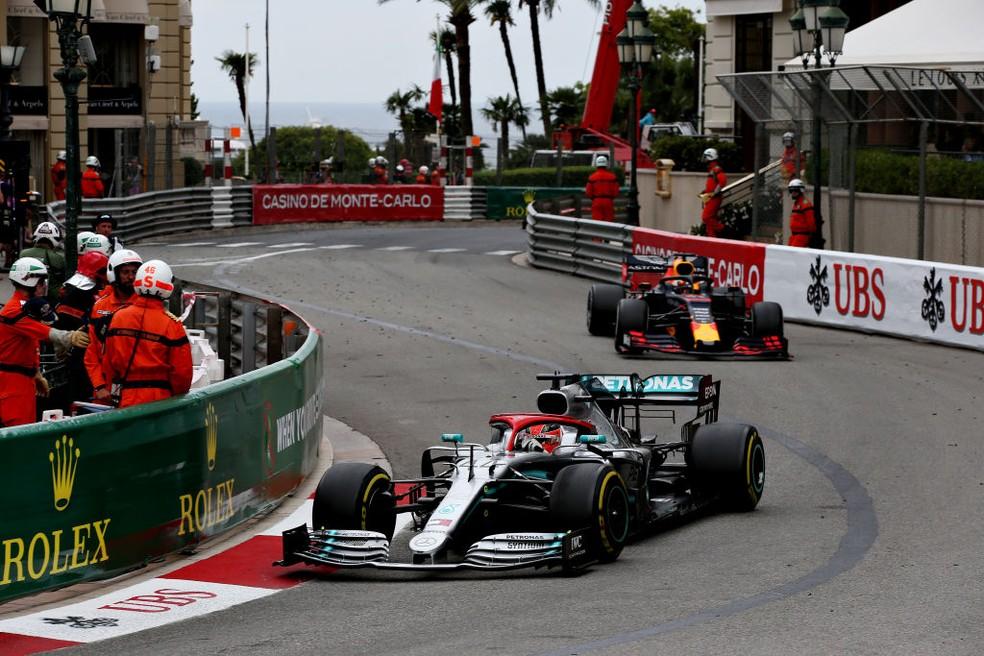 Lewis Hamilton e Max Verstappen no GP de Mônaco de 2019 — Foto: Charles Coates/Getty Images