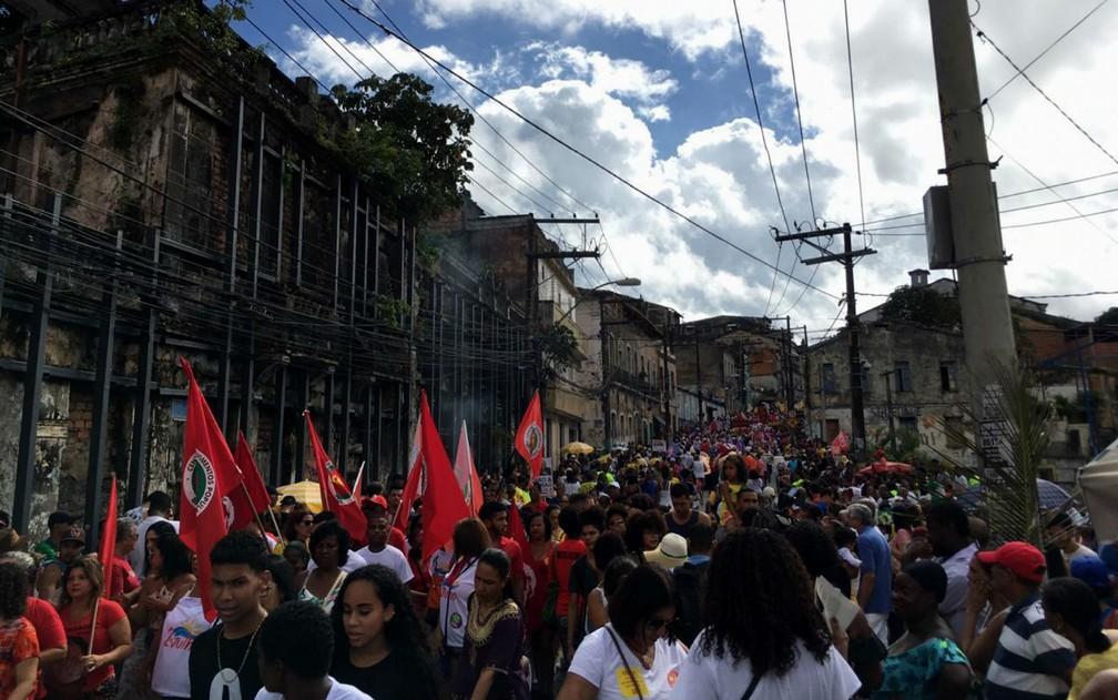 Cortejo cívico saiu da Lapinha e segue até a Praça Municipal, onde fica a prefeitura e Câmara de Vereadores de Salvador — Foto: Alan Oliveira/G1