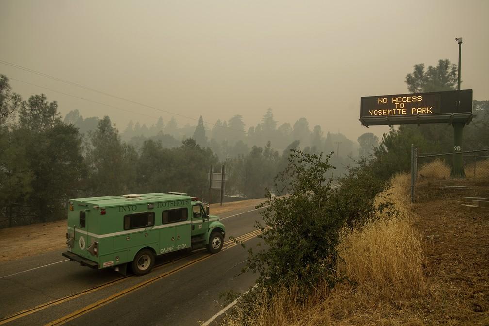 Fogo interditou uma das principais rodovias de acesso ao parque Yosemite, na Califórnia, nos Estados Unidos (Foto: AP Photo/Noah Berger)