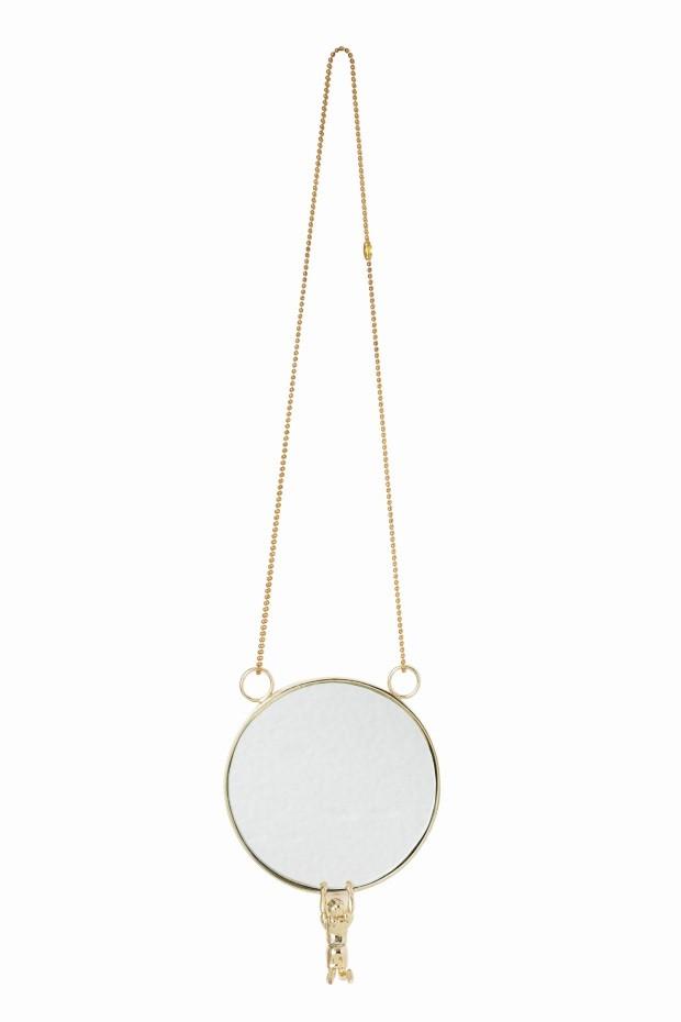 Espelho Corrente, de latão, 10 cm de diâmetro com 30 cm de altura. Theodora Home, R$ 560 (Foto: Lucas Fonseca / Flare Fotografia)