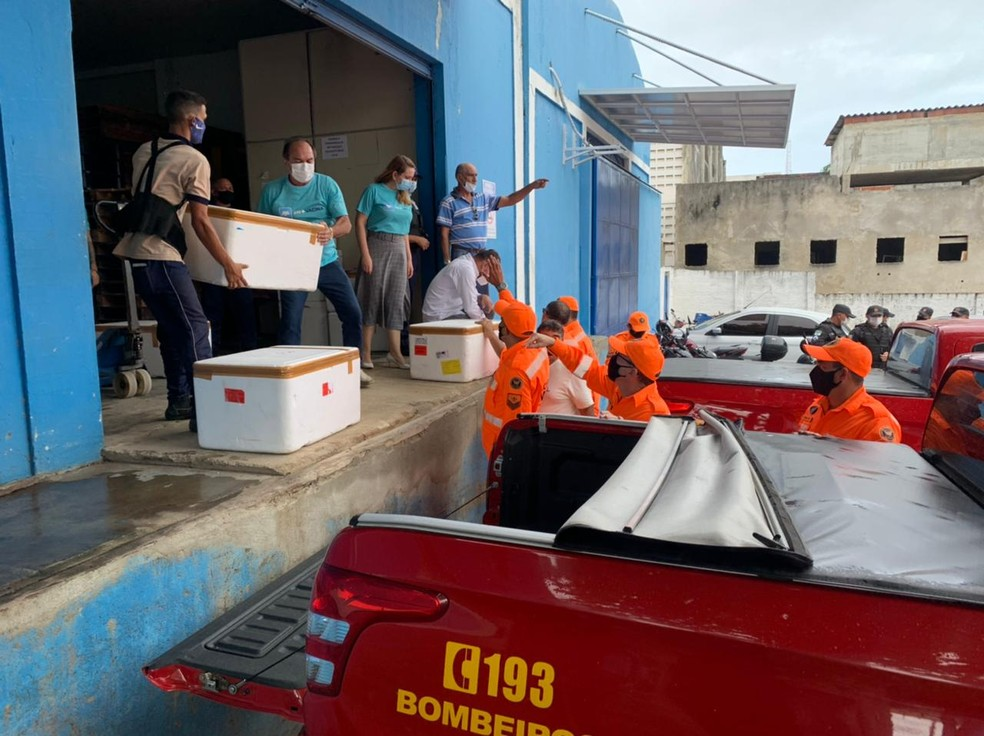 Doses de vacinas contra Covid-19 saem da Unicat para serem distribuídas aos municípios do RN. — Foto: Anna Alyne Cunha/Inter TV Cabugi