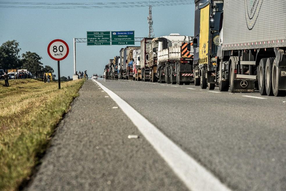 Caminhões fazem fila no acostamento e faixa da direita da Carvalho Pinto (Foto: Lucas Lacaz Ruiz/Arquivo pessoal)