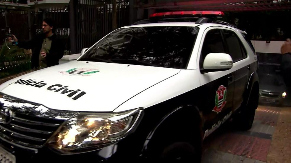 Polícia deixa prédio de Roger Abdelmassih levando ex-médico preso — Foto: GloboNews/Reprodução
