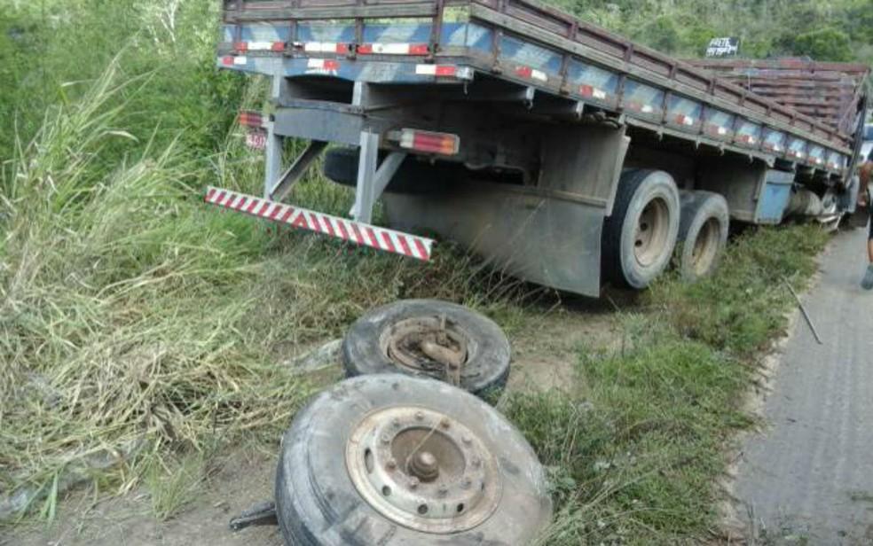 Caminhão foi parar no acostamento após o acidente (Foto: Divulgação/Corpo de Bombeiros Militar)