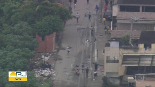 Imagens mostram homens fortemente armados correndo entre moradores da Cidade de Deus