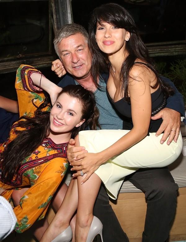 Ireland, o pai Alec Baldwin e a esposa dele, Hilaria Baldwin (Foto: Getty Images)